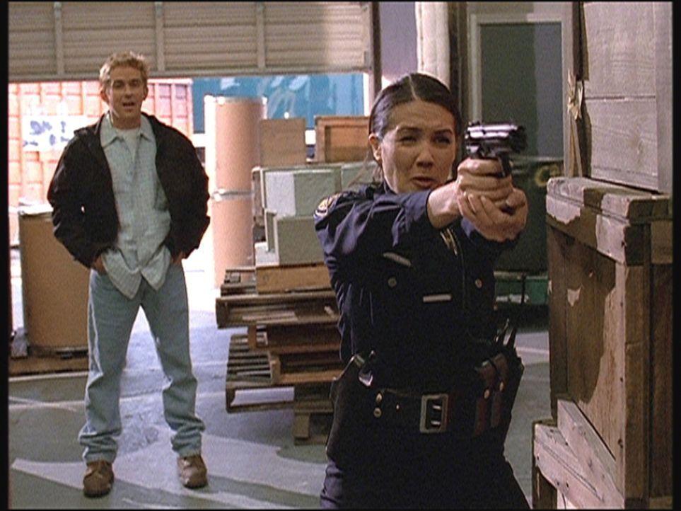 Jesse (Charlie Schlatter, l.) beobachtet verblüfft, wie die Polizistin Patty es mit einer Gangsterbande aufnimmt. - Bildquelle: Viacom