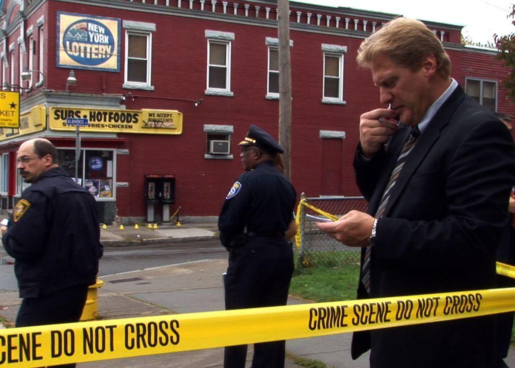 Gegen 8.00 Uhr morgens wird die Polizei gerufen: Ein Mann mit drei Schusswunden und einer Schere in der Hand wurde auf der Straße liegend gefunden .... - Bildquelle: A&E Television Networks