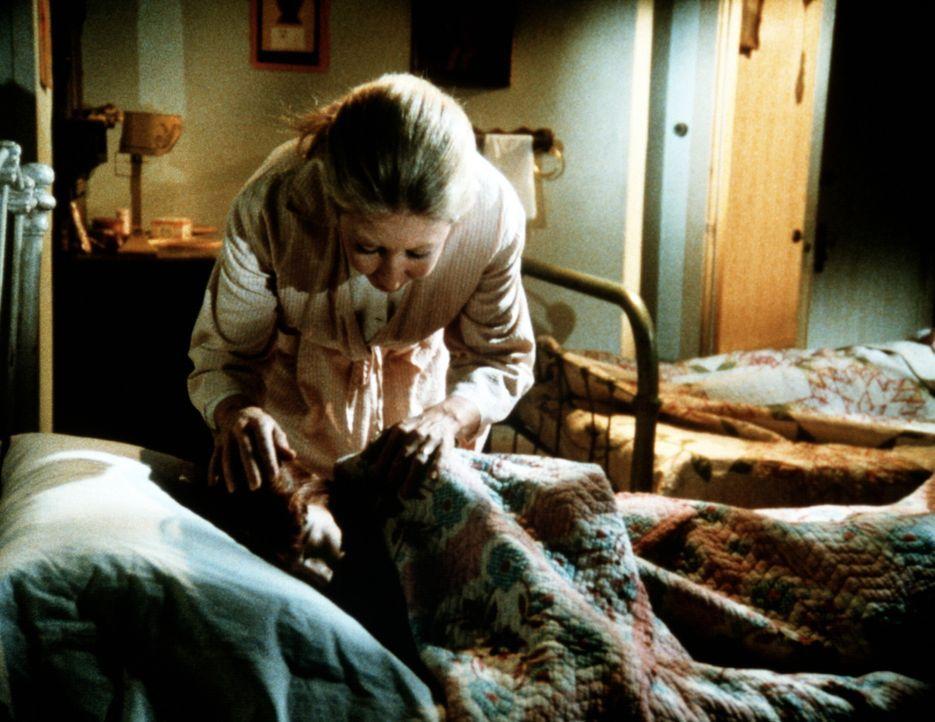 Immer wieder wird Elisabeth (Kami Cotler, vorne) von heftigen Albträumen geplagt. Olivia (Michael Learned, hinten) versucht, ihre Tochter zu beruhig... - Bildquelle: WARNER BROS. INTERNATIONAL TELEVISION