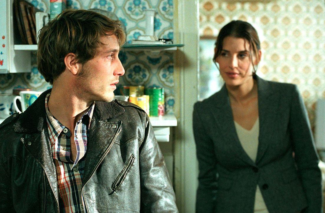 Nina (Elena Uhlig, r.) ahnt schon bald, dass Daniel (David Rott, l.), Sohn des ermordeten Hausmeisters, ihr etwas wirklich Wichtiges verheimlicht ... - Bildquelle: Walter Wehner SAT.1