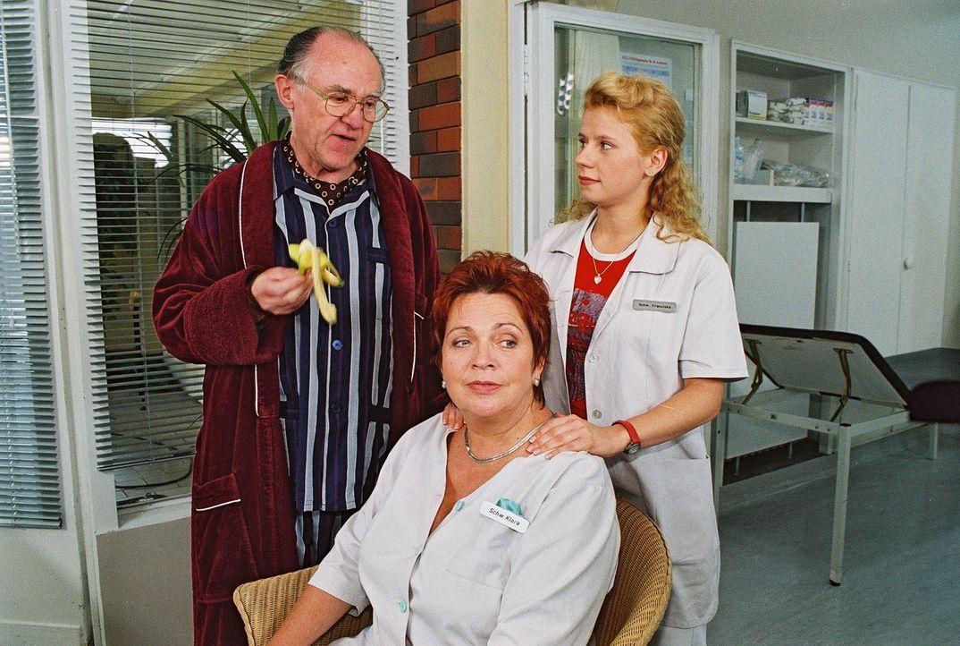 Herr Wasserlein (Carl Heinz Choynski, l.) ist ein Patient, der  ein großes Herz für Schwester Klara (Walfriede Schmitt, M.) und Fränzi (Jacqueline S... - Bildquelle: Noreen Flynn Sat.1