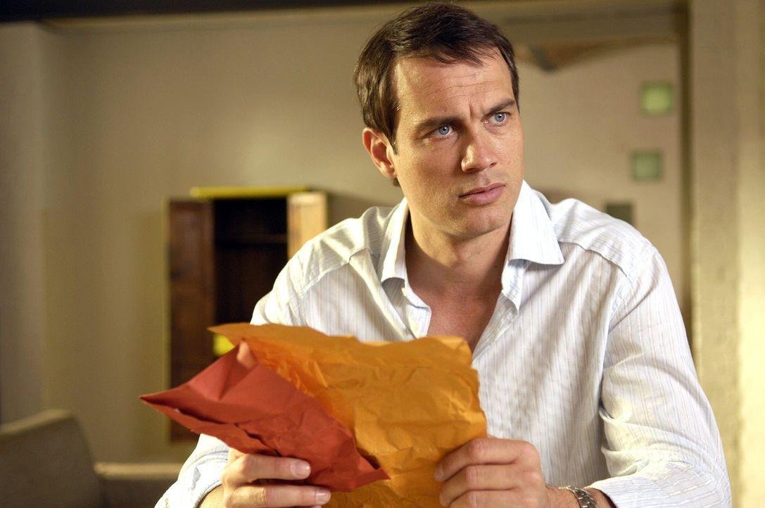 Luka (Ralf Bauer) findet in Lisas Wohnung einen Abschiedsbrief und fürchtet, dass Lisa sich etwas antut ... - Bildquelle: Britta Krehl Sat.1