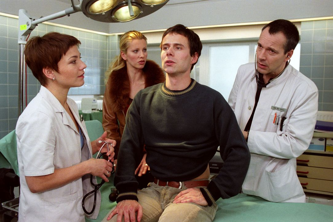 Als Martin Rahn (Christian Schmidt, 2.v.r.) ins Luisenkrankenhaus eingeliefert wird, bestehen er und seine Frau Pascale (Karina Kraushaar, 2.v.l.) d... - Bildquelle: Noreen Flynn Sat.1