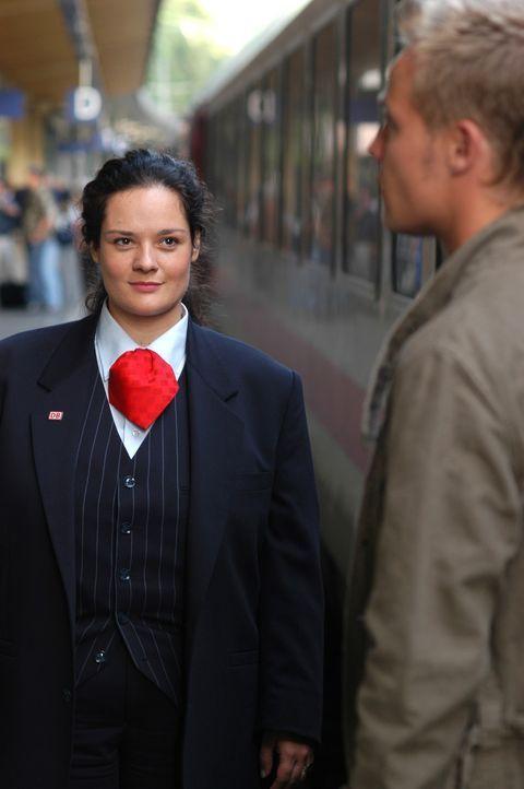 Jeden Morgen, sobald der Zug einfährt, verliert die junge, mollige Bahnhofsansagerin Alma (Katrin Filzen, l.) ihr Herz erneut an den attraktiven Zug... - Bildquelle: Willi Weber ProSieben