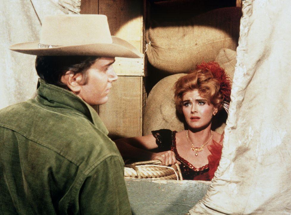 Das Animiermädchen Lila Conrad (Patricia Blair, r.) hat einen Mann in Notwehr getötet. Da sie weiß, dass die aufrechten Bürger ihr nicht glauben wer... - Bildquelle: Paramount Pictures