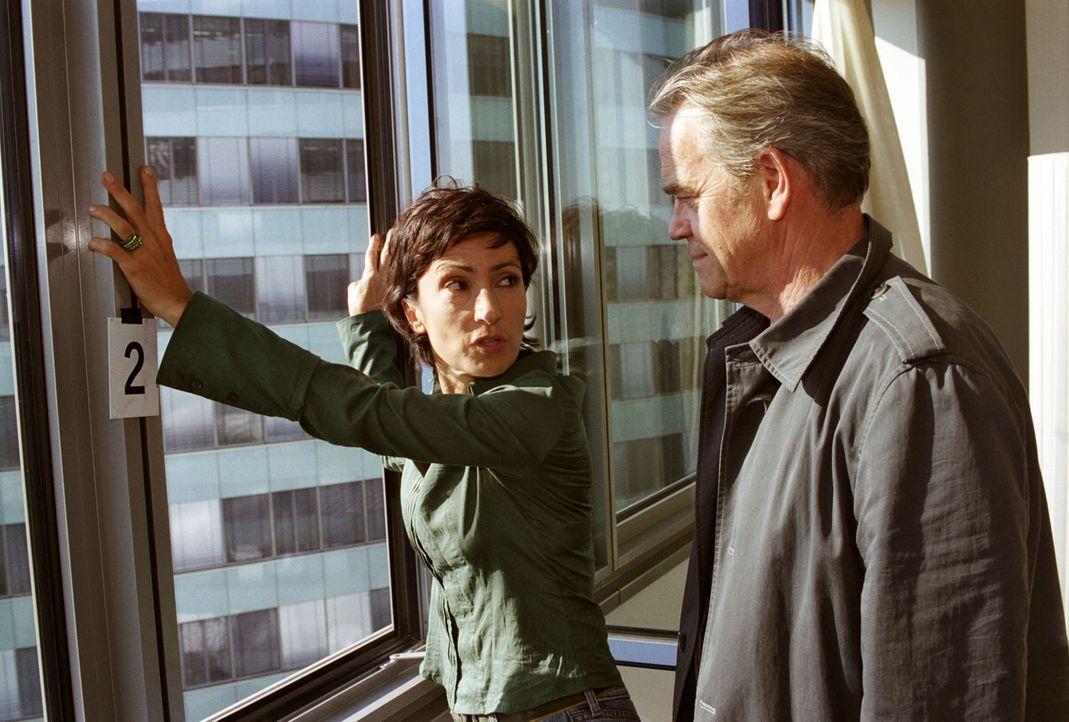 Gemeinsam mit Dr. Sara Herzog (Renan Demirkan, l.) versucht Kommissar Wolff (Jürgen Heinrich, r.) den Fenstersturz von Veronika Strub zu rekonstruie... - Bildquelle: Claudius Pflug Sat.1