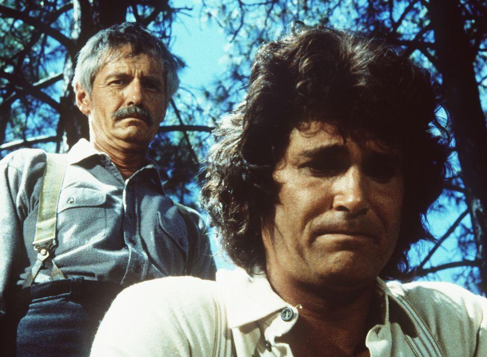 Lansford (Arthur Hill, l.) hat Charles Ingalls (Michael Landon, r.) zum Grab seiner Mutter begleitet. - Bildquelle: Worldvision
