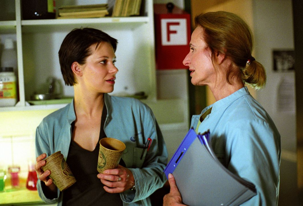 Hanna (Theresa Hübchen, l.) stellt ihrer Chefin Dr. Milberg (Carola Regnier, r.) Fragen zu den rätselhaften Vorgängen in der Klinik ... - Bildquelle: Thiel Sat.1