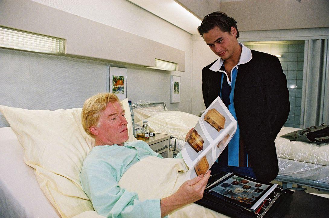 Der geschäftstüchtige Bestattungsunternehmer Frank Matzek (Otto Beckmann, r.) preist dem Patienten Merkel (Hans-Jörg Frey, l.) schon mal seine Sargv... - Bildquelle: Monika Schürle Sat.1