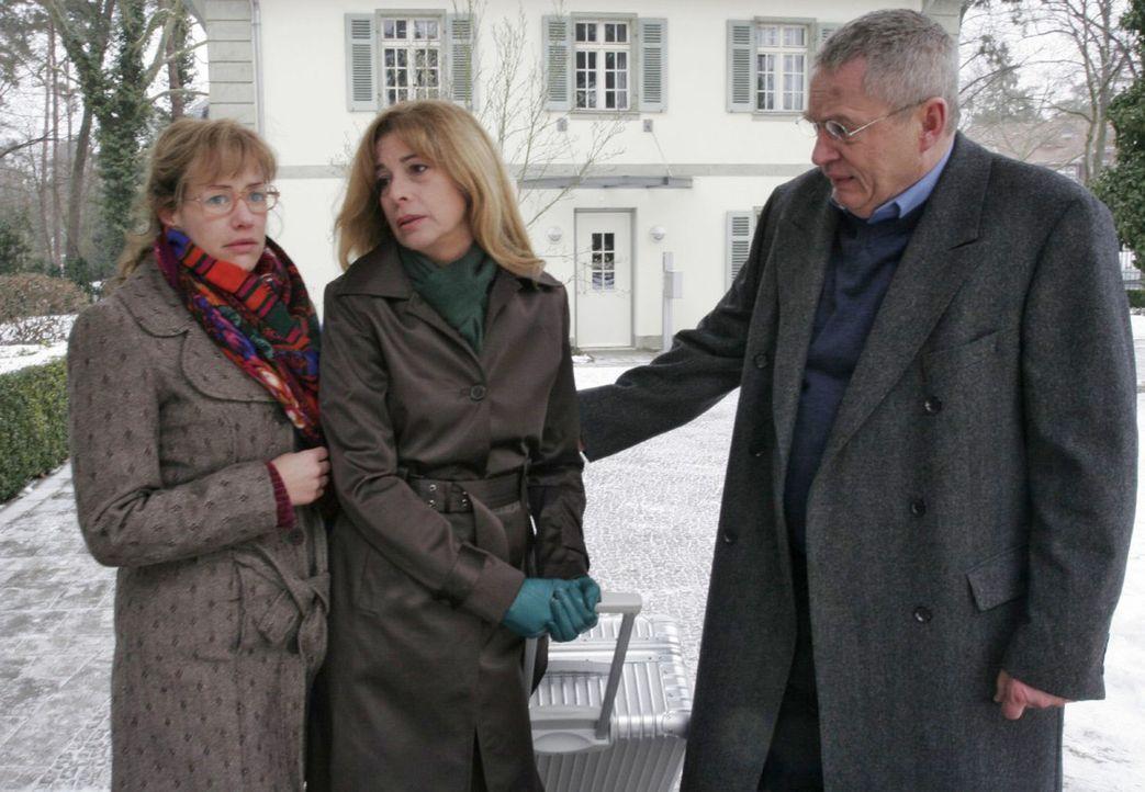 Als Lisa (Alexandra Neldel, l.) und Friedrich (Wilhelm Manske, r.) erkennen, dass Laura (Olivia Pascal, M.) nicht genug Kraft für die Geldübergabe h... - Bildquelle: Noreen Flynn Sat.1