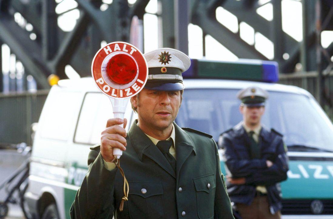 """Jupp (Uwe Fellensiek) ist zunächst nicht wirklich glücklich über die Uniform, die er für das große Fotoshooting mit dem """"FC-Star"""" tragen muss ... - Bildquelle: Martin Lässig Sat.1"""