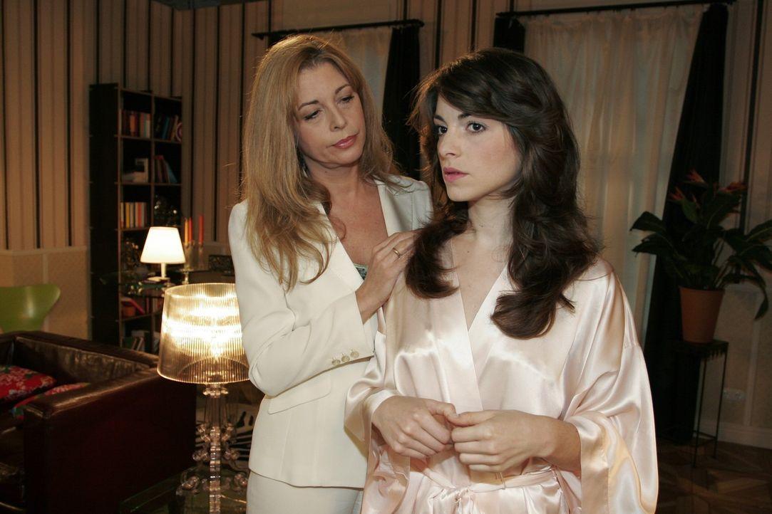 Mariella (Bianca Hein, r.) glaubt, dass David die Hochzeit mit ihr gar nicht mehr will. Laura (Olivia Pascal, l.) versucht sie zu beruhigen. - Bildquelle: Noreen Flynn Sat.1