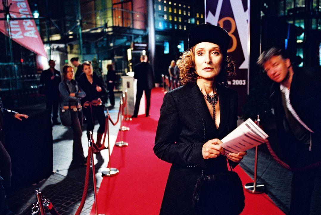Frau von Stein (Eleonore Weisgerber) besucht die Modenschau ihres Freundes Boris Alexandrov. Vergeblich wartet sie auf Ringo und Anna Rolle, für die... - Bildquelle: Hardy Spitz Sat.1
