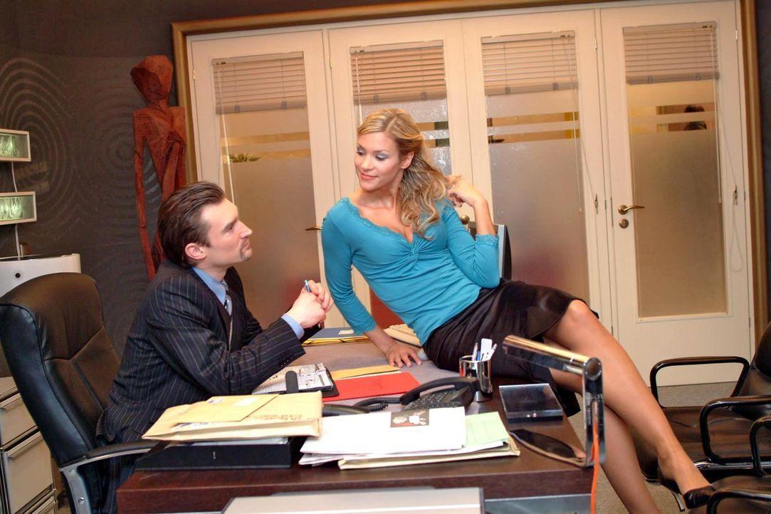 Sabrina (Nina-Friederike Gnädig, r.) setzt ihren ganzen Charme bei Richard (Karim Köster, l.) ein, um etwas über die Finanzlage des Unternehmens zu... - Bildquelle: Monika Schürle Sat.1