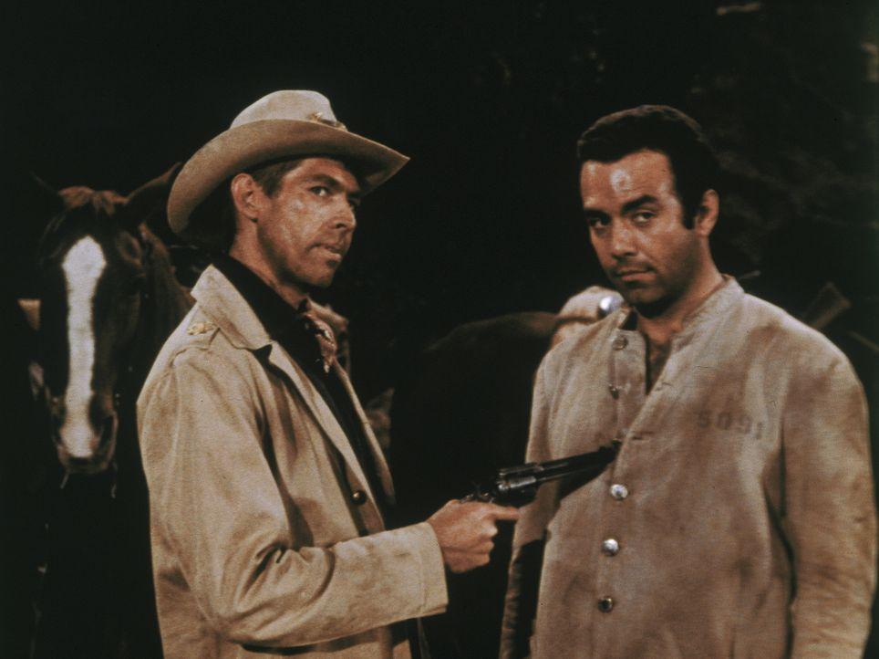 Zwei Sträflinge brechen aus und machen die Gegend unsicher. Bei ihrer Verfolgung wird der Sheriff getötet, danach nehmen die Banditen Adam (Pernell... - Bildquelle: Paramount Pictures