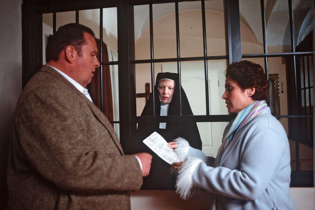 Die Priorin Mutter Maria Ancilla (Sunnyi Melles, M.) legt Sabrina (Katerina Jacob, r.) und Benno (Ottfried Fischer, l.) den gültigen Totenschein der... - Bildquelle: Magdalena Mate Sat.1