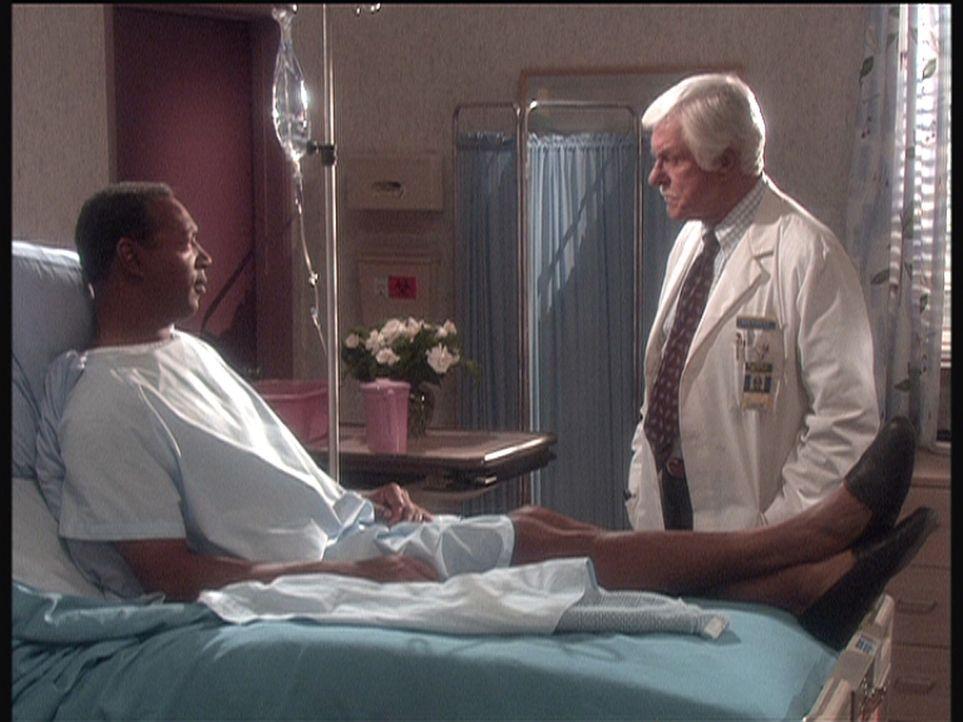 Weil ein Patient (l.) glaubt, sterben zu müssen, bekennt er, einen Mann getötet zu haben, Dr. Sloan (Dick Van Dyke, r.) recherchiert auf eigene Faus... - Bildquelle: Viacom