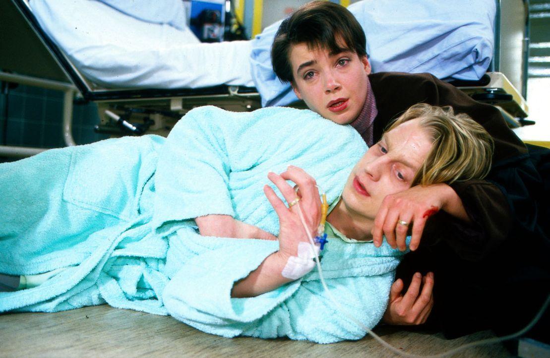 Moritz Ritter (Lars Gärtner, vorne) ist schwer herzkrank und während eines Besuches in Berlin bei seiner Schwester Ute zusammengebrochen. Seine Verl... - Bildquelle: Noreen Flynn Sat.1