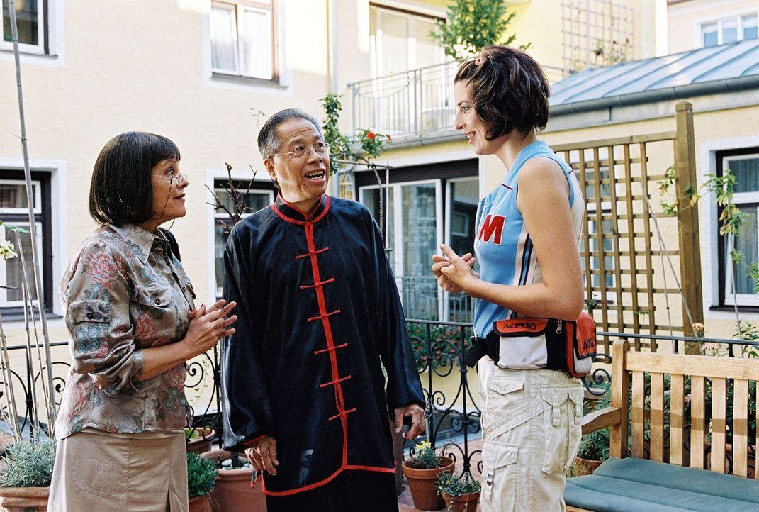 Nina (Elena Uhlig, r.) befragt Cheng Ping (King Han Oei, M.), der jedoch der deutschen Sprache nicht mächtig ist und deshalb von Frau Wagner (Billi... - Bildquelle: Christian A. Rieger Sat.1