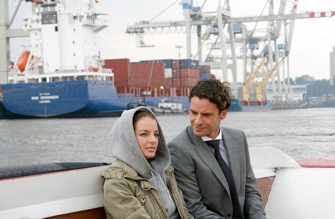 David (Stephan Luca, r.) zeigt Katrina (Yvonne Catterfeld, l.) die Welt der Familie Berger - die Reederei, den Hafen und die Schiffe. - Bildquelle: Georg Pauly Sat.1