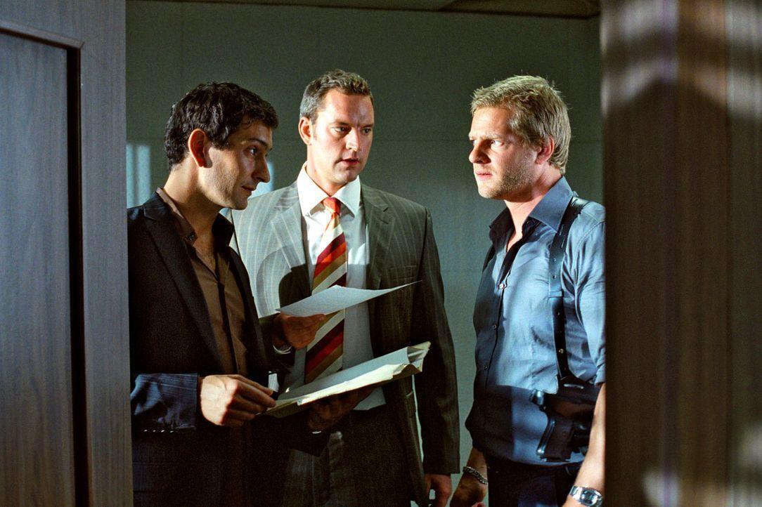 Auf der Suche nach dem Mordmotiv zieht Nina den Kriminal-Psychologen Dr. Stefan Jordan (David Steffen, l.) zu Rate, der Leo (Henning Baum, r.) und S... - Bildquelle: Christian A. Rieger Sat.1