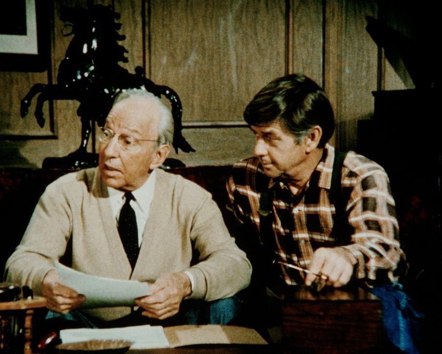 John (Ralph Waite, r.) ist mit dem Besitzer des Bergwerks, Guthrie (Lloyd Nolan, l.), einig geworden: Er kann mit ein paar Männern versuchen, das We... - Bildquelle: WARNER BROS. INTERNATIONAL TELEVISION