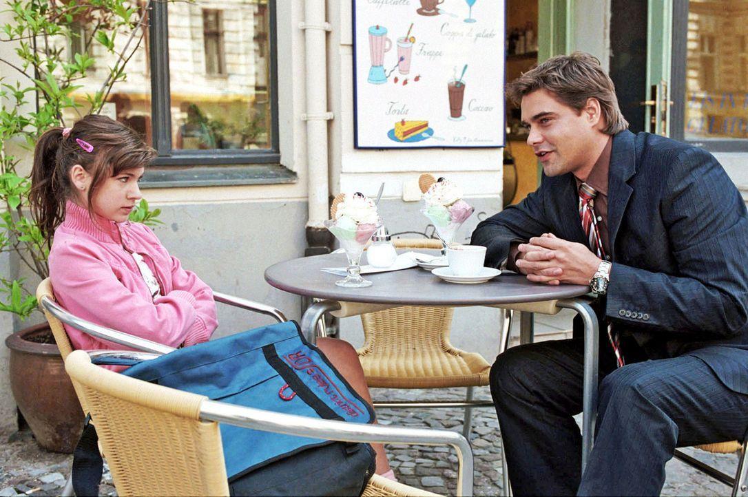 Kai (Raphaël Vogt, r.) versucht bei einem Eis herauszufinden, was Luzie (Roxanne Borski, l.) selbst will. - Bildquelle: Aki Pfeiffer Sat.1