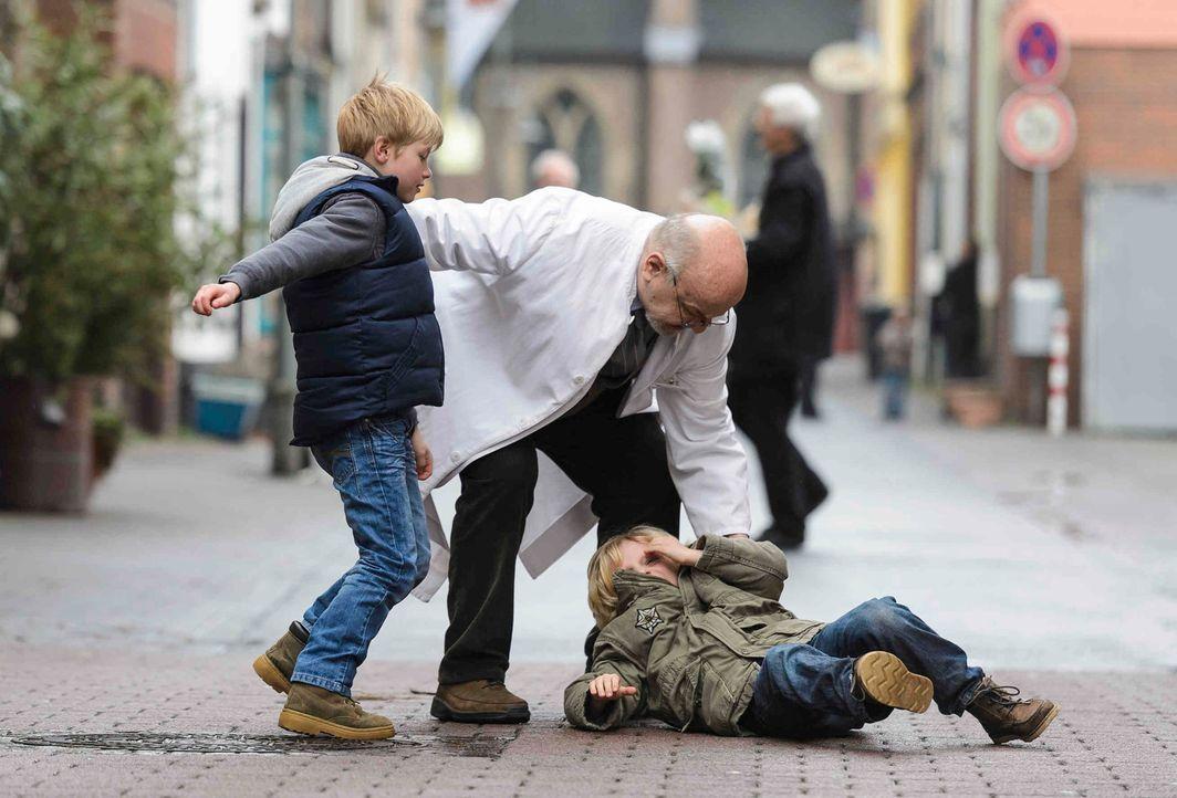 Als der Enkel vom Apotheker (Walter Gontermann, M.) Daniel als Mörder bezeichnet, rastet der kleine Theo (Jonathan Jakobsson, r.) aus ... - Bildquelle: Willi Weber SAT.1
