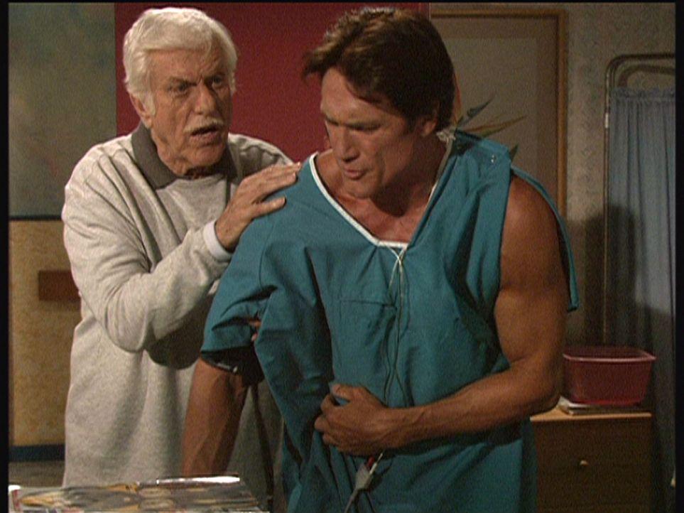 Der bei einem Verkehrsunfall verletzte Steve (Barry Van Dyke, r.) weigert sich, auf den Rat seines Vaters Mark (Dick Van Dyke, l.) zu hören und will... - Bildquelle: Viacom