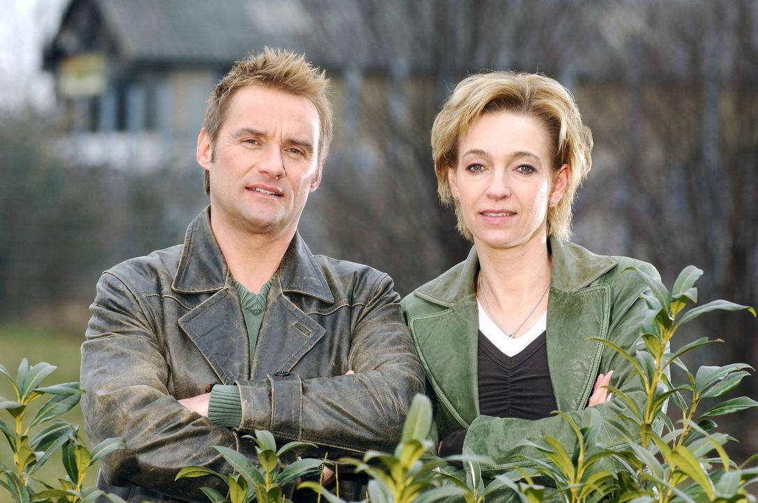 Kommissar Bernd Kuhnt (l.) und seine Kollegin Conny Niedrig (r.) ermitteln im Team. - Bildquelle: Stefan Menne Sat.1