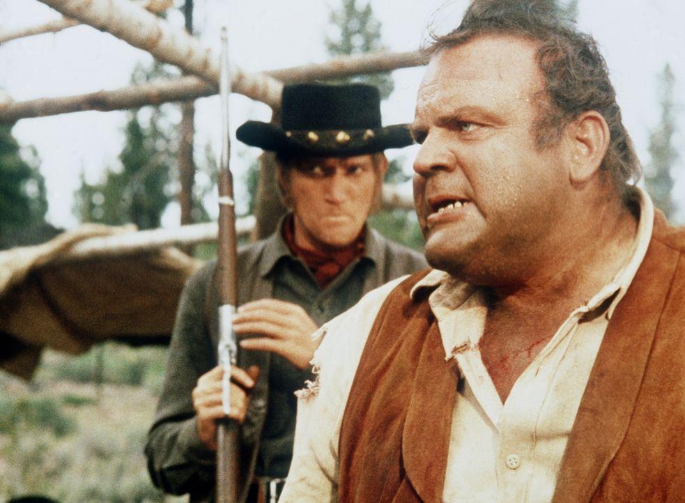 Hoss (Dan Blocker, r.) wird von Hatch (Luke Askew, l.), dem Aufseher des Sklavencamps, bedroht. - Bildquelle: Paramount Pictures