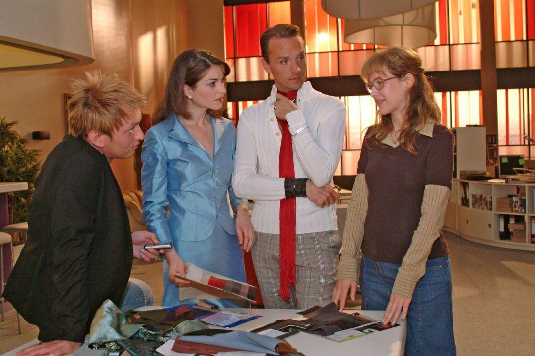 Zum Erstaunen von Hugo (Hubertus Regout, 2.v.r.) und Mariella (Bianca Hein, 2.v.l.) macht Lisa (Alexandra Neldel, r.) dem Fotografen Marc (Jean-Marc... - Bildquelle: Monika Schürle Sat.1