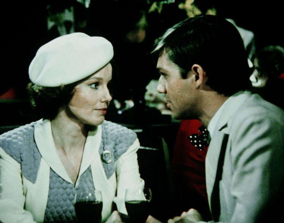 John-Boy (Richard Thomas, r.) verabschiedet sich in New York von seiner Freundin Daisy (Deirdre Lenihan, l.), weil er im Auftrag der Zeitung zurück... - Bildquelle: WARNER BROS. INTERNATIONAL TELEVISION