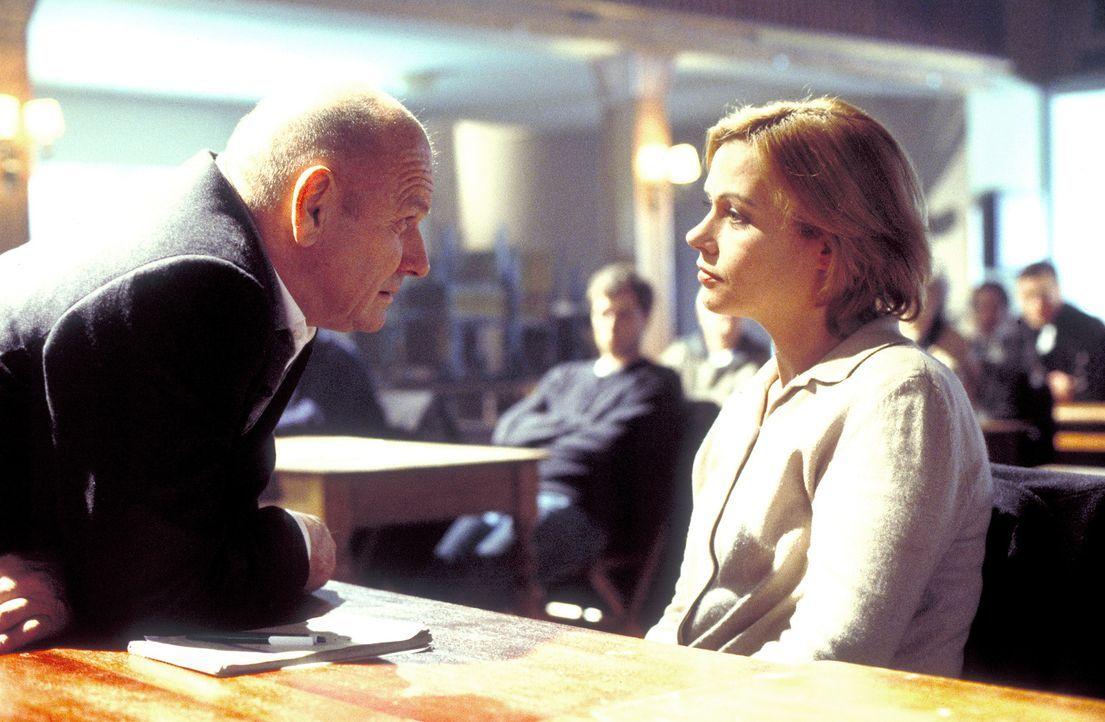Gemeinsam begeben sich der Psychologe David Bornett (Klaus Löwitsch, l.) und die Polizistin Lisa Herrmann (Jennifer Nitsch, r.) auf Verbrecherjagd .... - Bildquelle: Meier