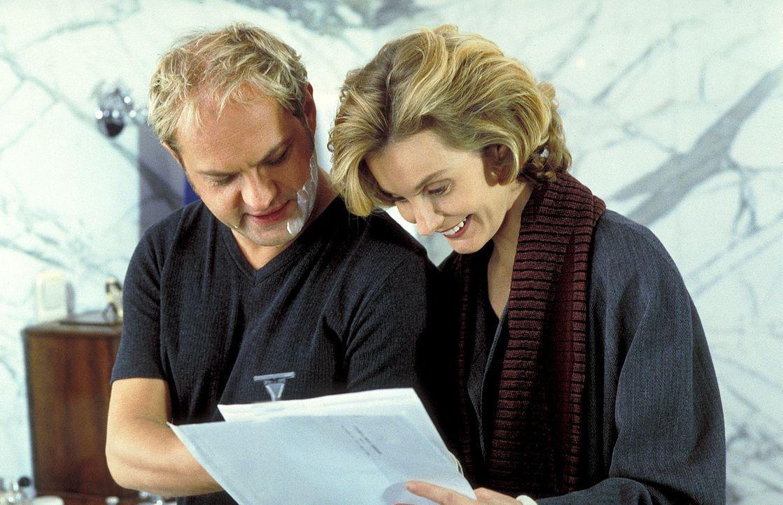 Zunächst ist Sabine (Stella Vordemann, r.) überglücklich, eine Leihmutter gefunden zu haben, die ihr und ihrem Mann Hendrik (Uwe Ochsenknecht, l.) z... - Bildquelle: ProSieben