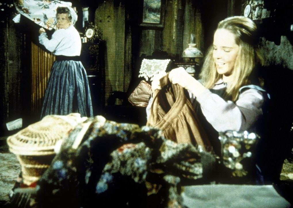 Mary (Melissa Sue Anderson, r.) zeigt stolz Mrs. Whipple (Queenie Smith, l.) den Rock. - Bildquelle: Worldvision
