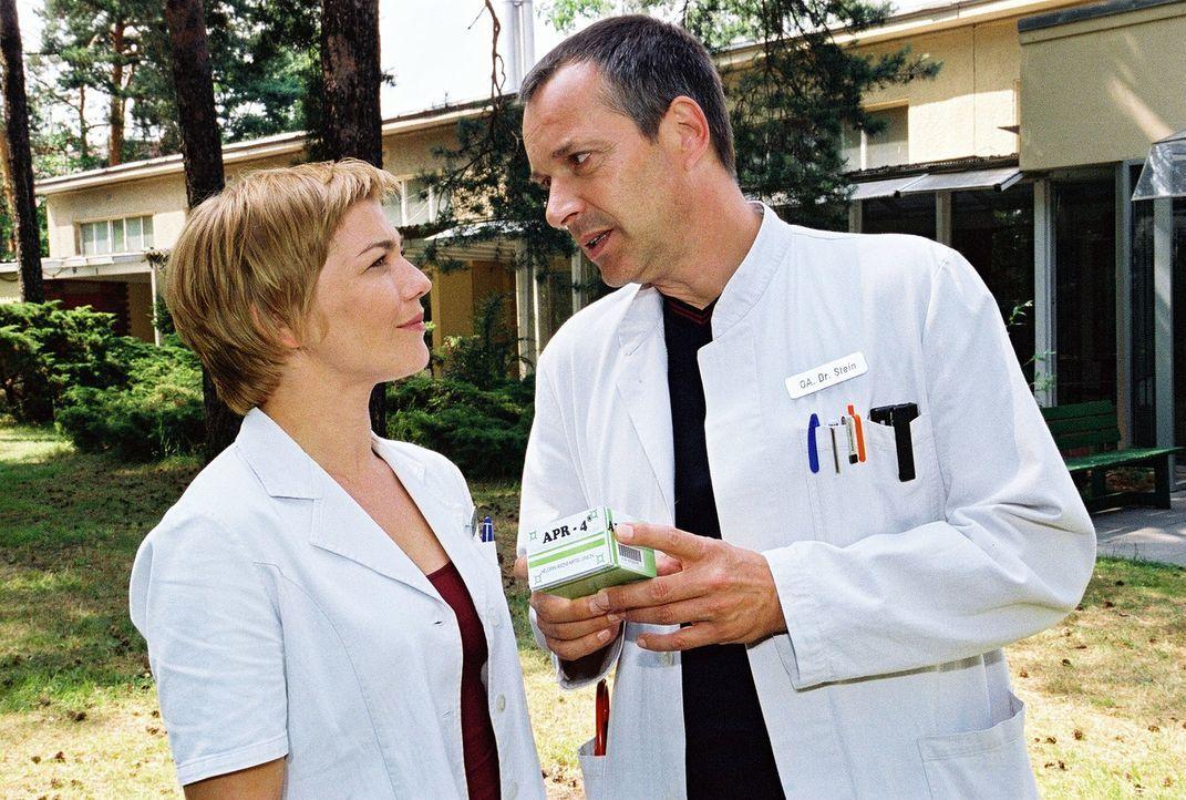 Dr. Stein (Christoph Schobesberger, r.) weiß, wie gefährlich das noch nicht freigegebene Medikament ist, doch um seine Tochter zu retten, ist ihm je... - Bildquelle: Monika Schürle Sat.1