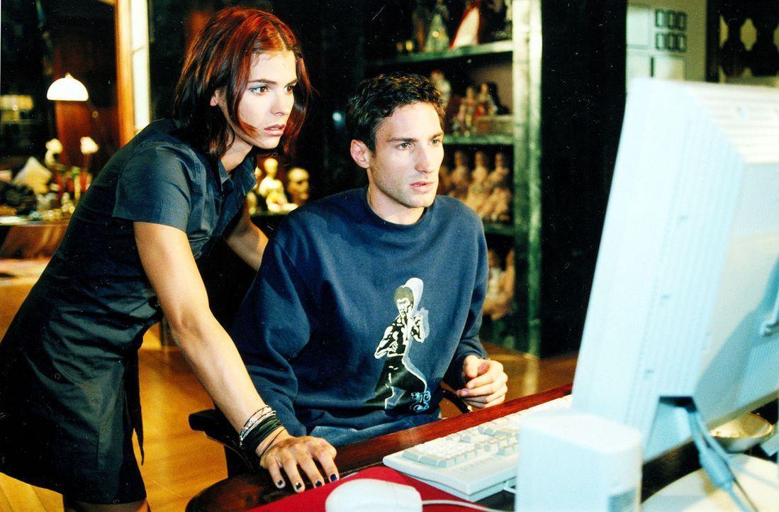Josef (Benjamin Sadler, r.), den Sonia (Katja Woywood, l.) bisher abblitzen ließ, kommt ihr nun gerade recht, denn von Computern hat sie keine Ahnun... - Bildquelle: Noreen Flynn Sat.1