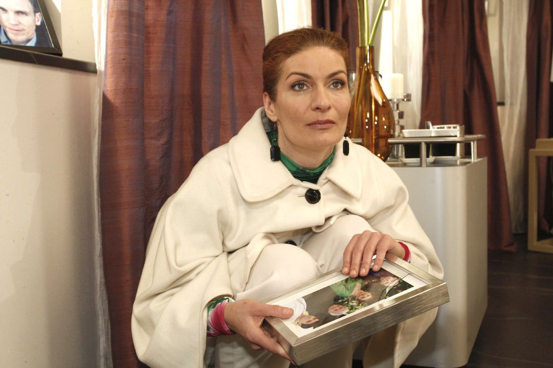 Natascha (Franziska Matthus) bangt um Gerrit: Wird er den inszenierten Unfall überleben ...? - Bildquelle: Noreen Flynn Sat.1