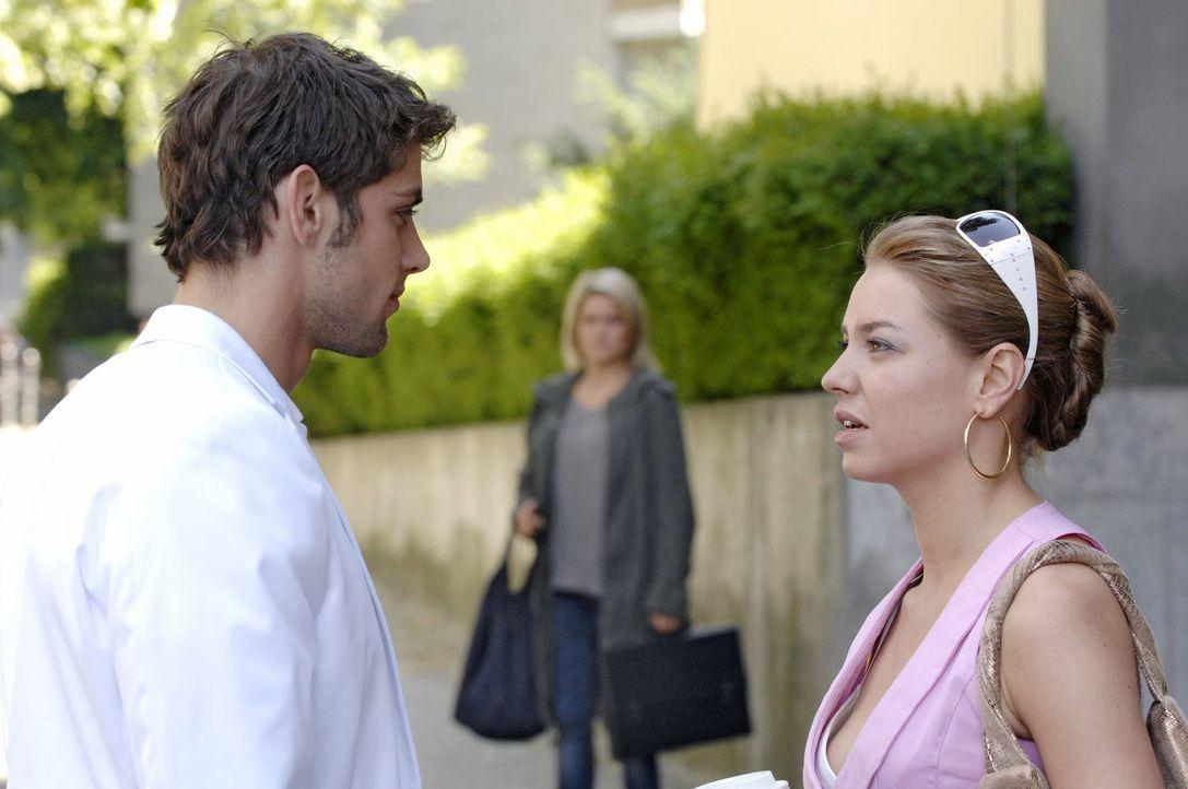 Anna (Jeanette Biedermann, M.) muss mit ansehen, wie Jonas (Roy Peter Link, l.) und Katja (Karolina Lodyga, r.) miteinander flirten. - Bildquelle: Claudius Pflug Sat.1