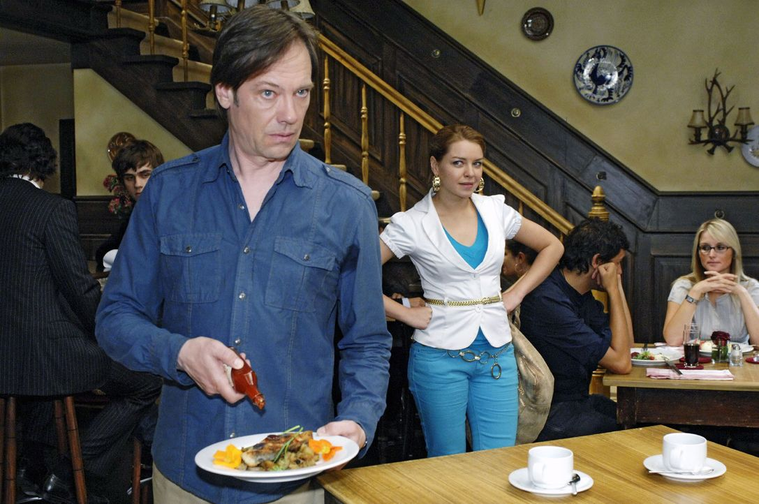 Armin (Rainer Will, l.) wird von Katja (Karolina Lodyga, M.) beobachtet, wie er absichtlich das Essen überwürzt ... - Bildquelle: Oliver Ziebe Sat.1
