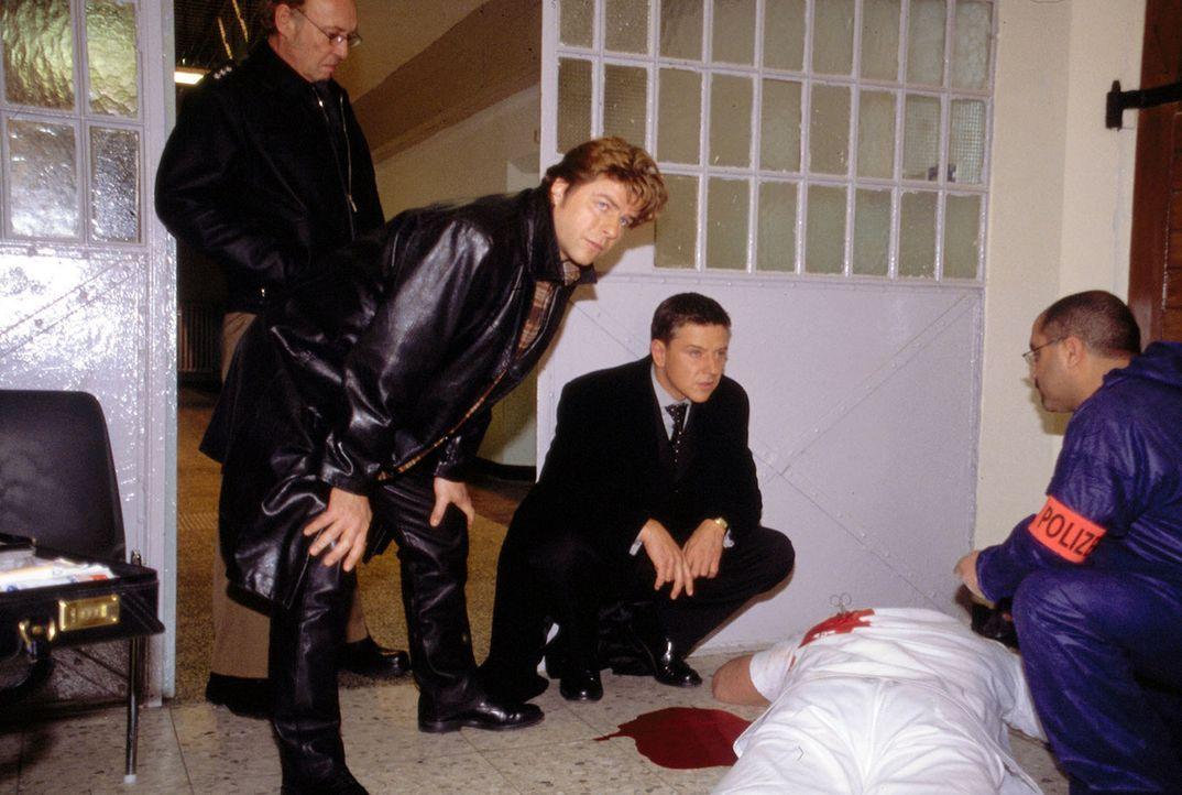 Jupp (Uwe Fellensiek, 2.v.l.) und Taube (Christian M. Goebel, 2.v.r.) untersuchen einen Mordfall im Gefängnis. - Bildquelle: Florian Müller Sat.1