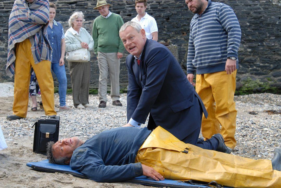 Kann Doc Martin (Martin Clunes, vorne r.) den Fischer Paul Hale (John Duttine, l.), der an Morbus Addison erkrankt ist, noch retten? - Bildquelle: BUFFALO PICTURES/ITV