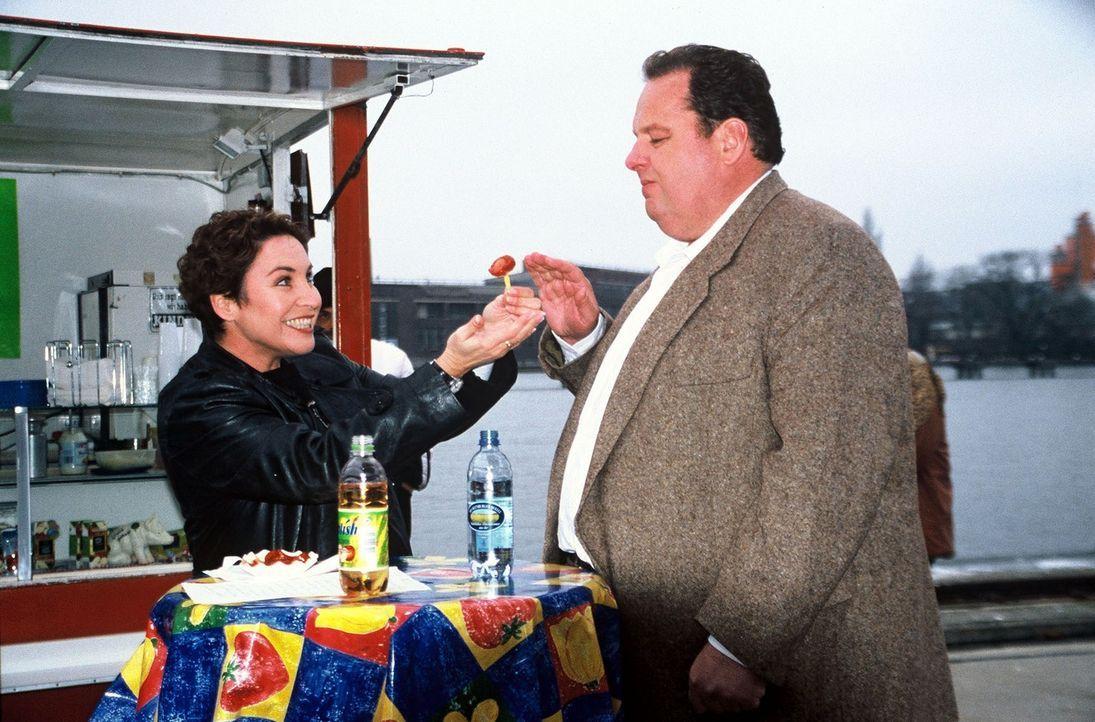 Sabrina (Katerina Jacob, l.) versucht Benno (Ottfried Fischer, r.) für eine Currywurst zu begeistern. - Bildquelle: Herbert Began Sat.1