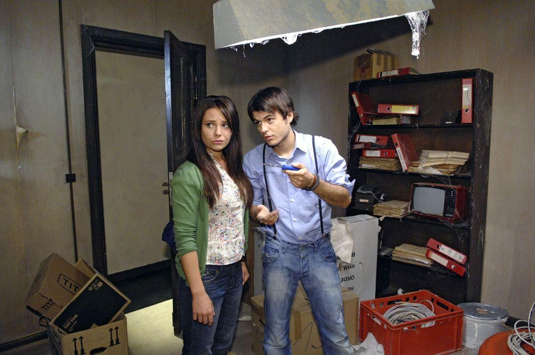 Als Paloma (Maja Maneiro, l.) in Maiks (Sebastian König, r.) heruntergekommenem Büro vorbeischaut, kann sie ihre Enttäuschung kaum verbergen. - Bildquelle: Claudius Pflug Sat.1