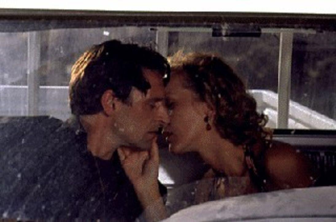 Ines Nielsen (Katja Flint, r.) und Joachim Hoffmann (Max Tidof, l.) können ihre Gefühle füreinander nicht mehr verbergen. - Bildquelle: Raeder SAT.1/Raeder