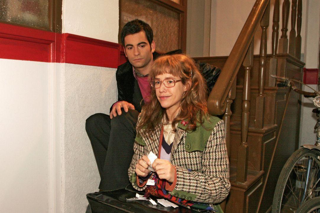Lisa (Alexandra Neldel, r.) bemerkt betroffen, dass es auch David (Mathis Künzler, l.) schlecht geht. Der schlägt vor, gemeinsam etwas trinken zu ge... - Bildquelle: Monika Schürle Sat.1