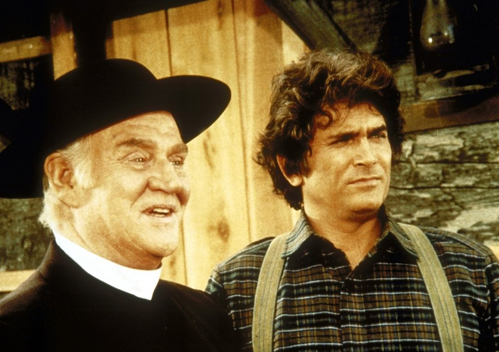 Reverend Alden (Dabbs Greer, l.) und Charles (Michael Landon, r.) führen ein Gespräch. - Bildquelle: Worldvision