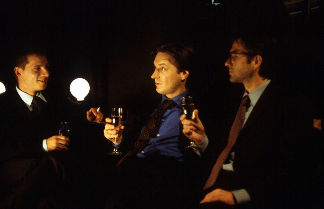 In geselliger Weinrunde schlägt Jörg Neumann (Martin Armknecht, M.) seinen Kollegen Chris (Tilmar Kuhn, l.) und Edward (Tobias Langhoff, r.) eine We... - Bildquelle: Leslie Haslam Sat.1