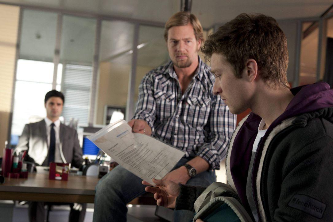Mick (Henning Baum, M.) kann nicht glauben, dass der 17-jährige Rasmus (Sebastian Bender, r.) seine Mutter tötete, weil sie ihm verheimlicht hat, da... - Bildquelle: Martin Rottenkolber SAT.1